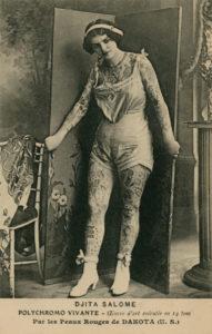 Djita Salomé,polychromo vivante, collection Le Carton Voyageur, Musée de la carte postale, Baud