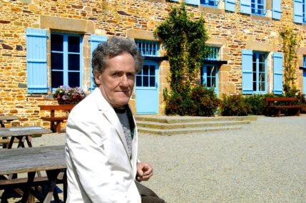 Portrait de Jean-Yves Veillard, devant l'écomusée du pays de Rennes, par Alain Amet