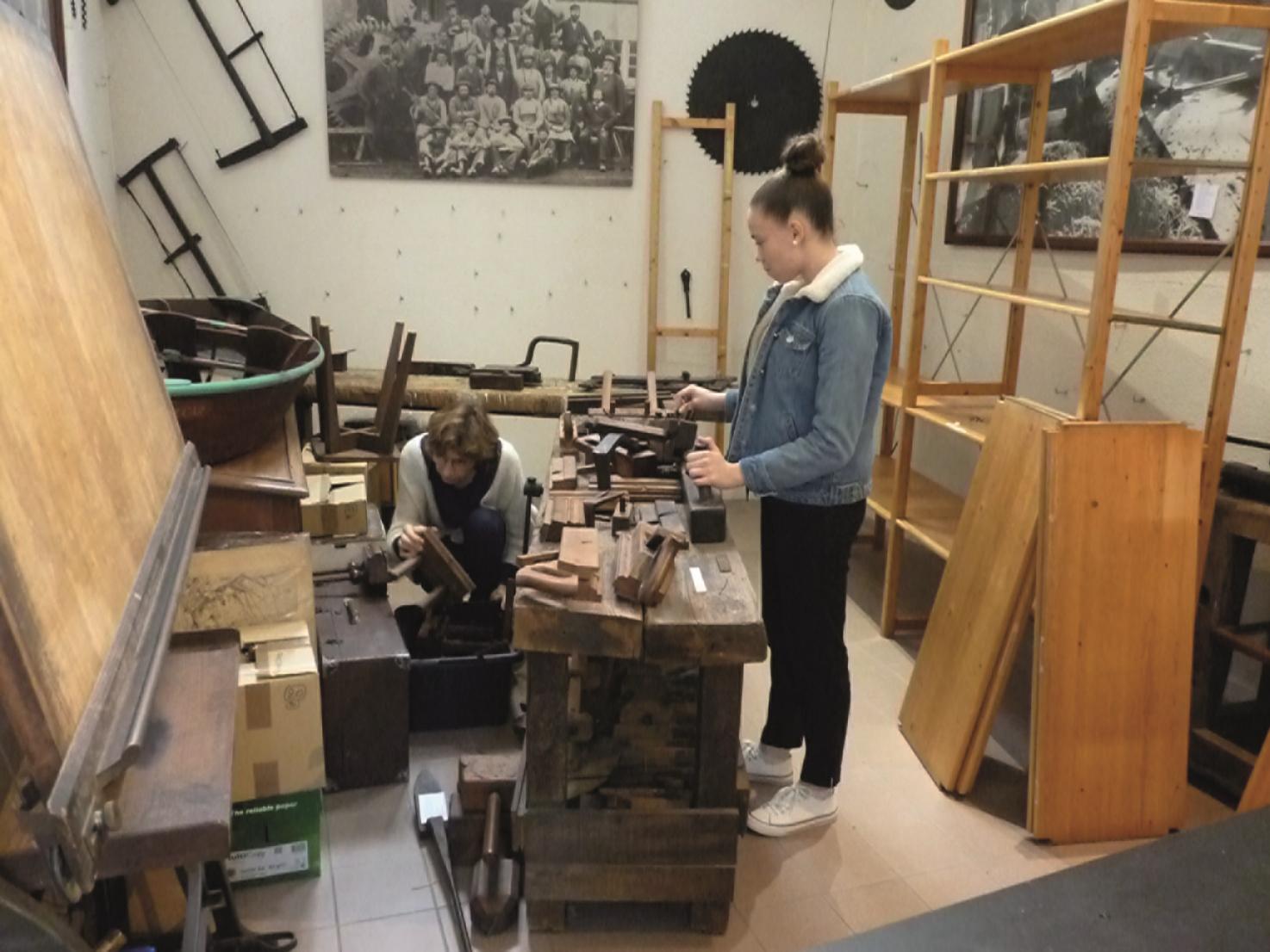 Travail de réorganisation des réserves de l'écomusée des Forges, à Inzinzac-Lochrist